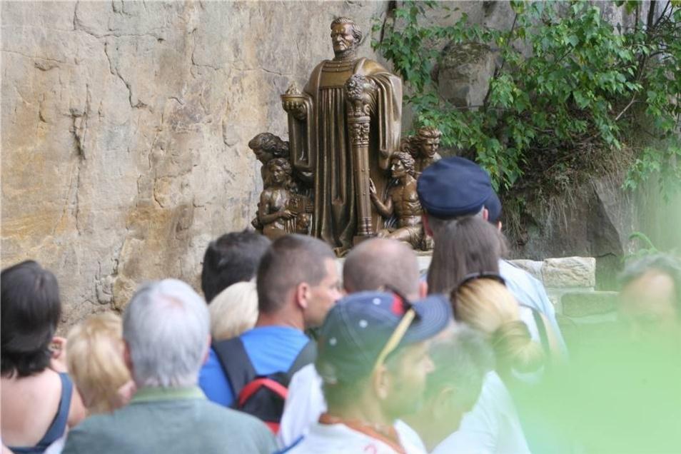 """Die Mini-Version des Richard-Wagner-Denkmals im Liebethaler Grund wurde im Miniaturpark """"Kleine Sächsische Schweiz"""" in Dorf Wehlen eingeweiht – unter großem Zuschauerinteresse."""
