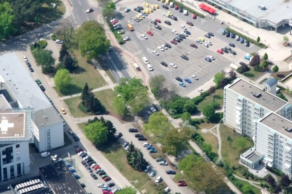 Die Grollmußstraße wird in den nächsten Tagen mit einer Ampel versehen – genau an der Fußgängerfurt in Verlängerung des Weges vom Ärztehaus.