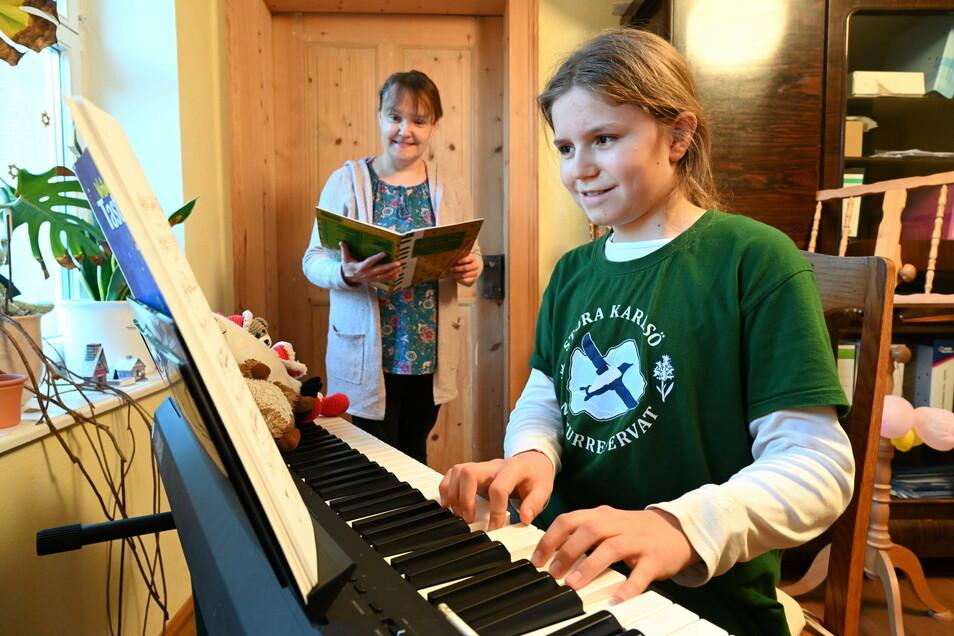 Linus freut sich, dass seine Klavierlehrerin Constanze Glaser beim Unterricht wieder persönlich anwesend sein darf, wenn auch mit Sicherheitsabstand.