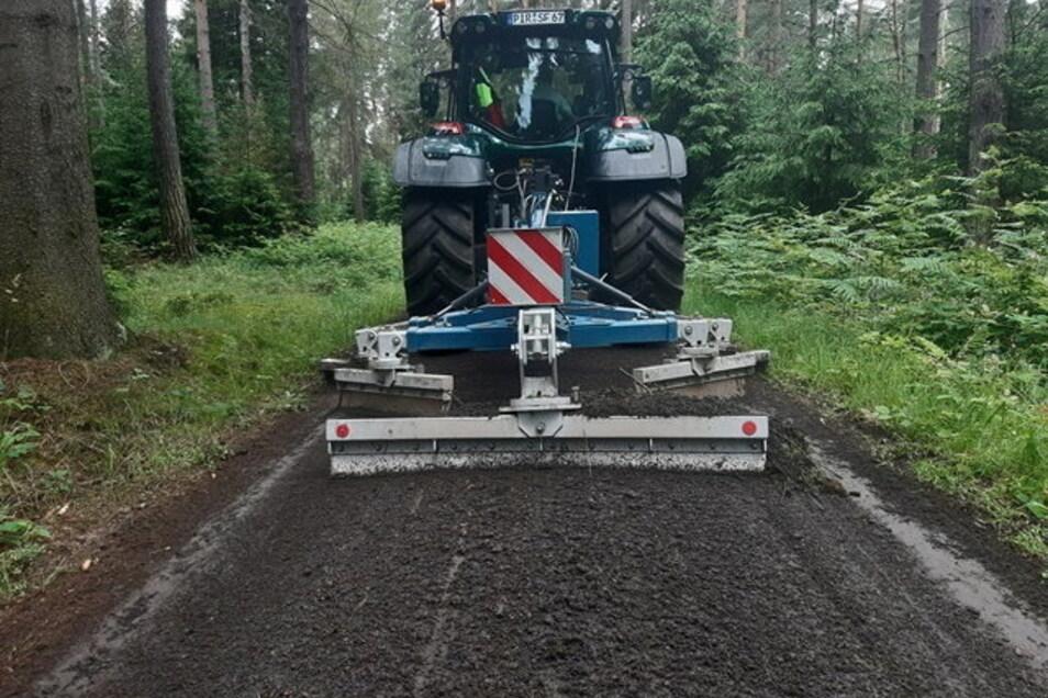 Wegepflege im Forstbezirk Neustadt, Revier Ottomühle. Drei- bis viermal im Jahr werden die Wege mit diesem Gerät neu in Form gebracht.