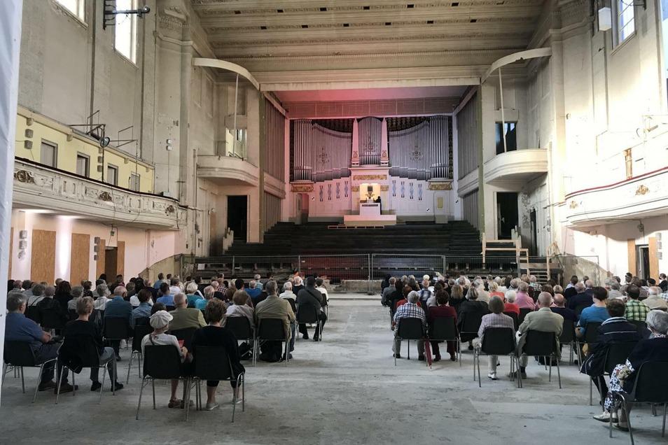 Die Besucher hatten beim Tag des offenen Denkmals die Gelegenheit, die Orgel in der Stadthalle zu hören.