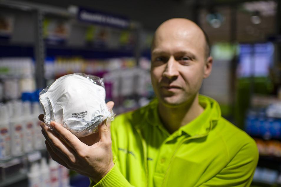 Veit Hanfler, Inhaber der Easy-Apotheke im Neißepark Görlitz, zeigt Mundschutzmasken.