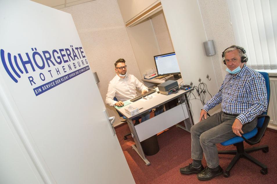 Hörakustiker Ricardo Bajohr ist nun angestellt in der Uhren und Schmuck GmbH von Klaus-Dieter Kliemt, die nun mit Hörgeräten ihr Angebot erweitert.