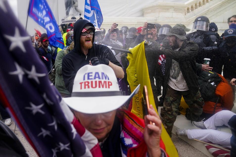 Trump-Anhänger versuchen am Kapitol durch eine Polizeiabsperrung zu brechen.