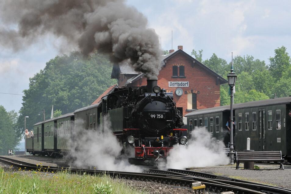 Eine Dampflok macht am Bahnhof Bertsdorf Halt.