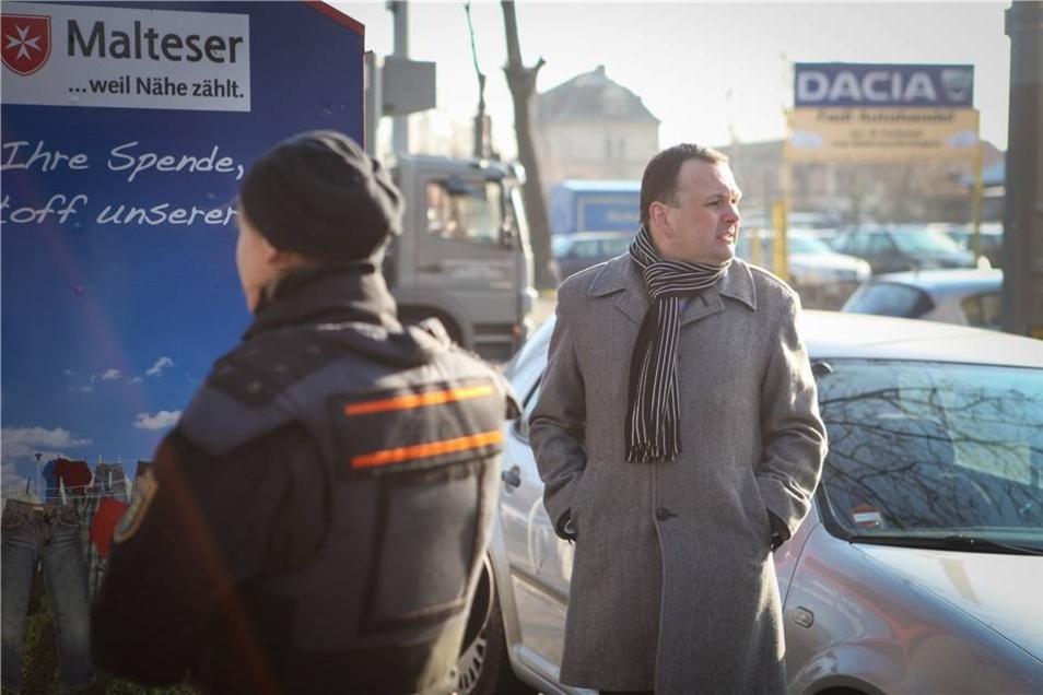 """Der Linke-Stadtrat und Landtagsabgeordnete André Schollbach wollte die """"parlamentarische Kontrolle"""" übernehmen, musste das Gelände aber schon bald wieder verlassen."""