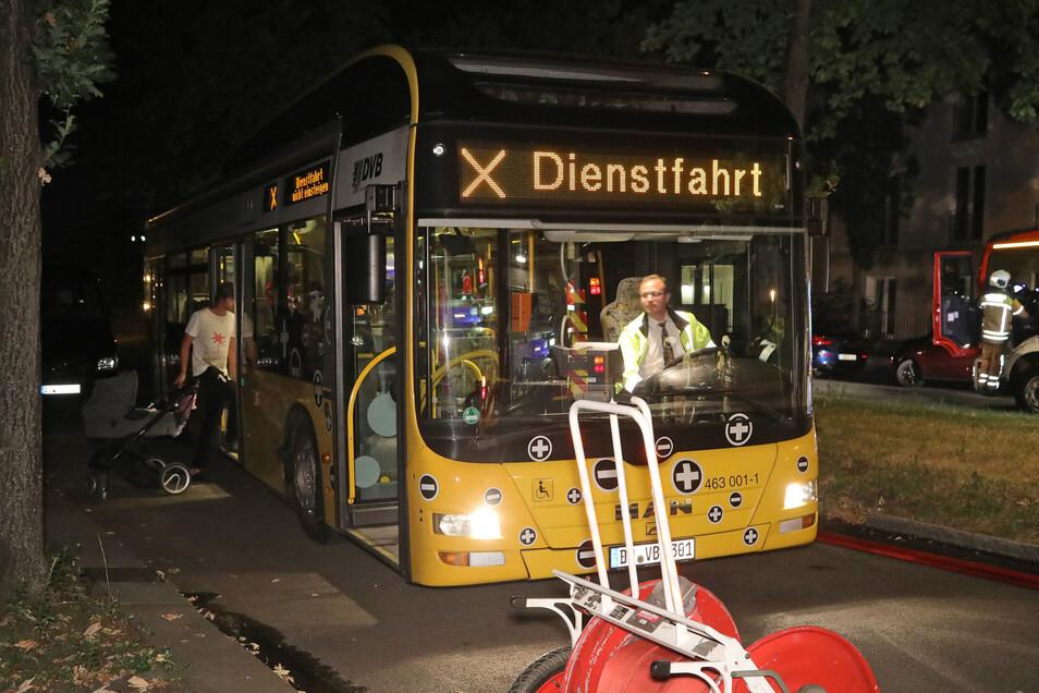 Damit die Bewohner des Hauses die kühle Nacht nicht draußen ausharren mussten, wurde für sie ein Bus bereitgestellt.