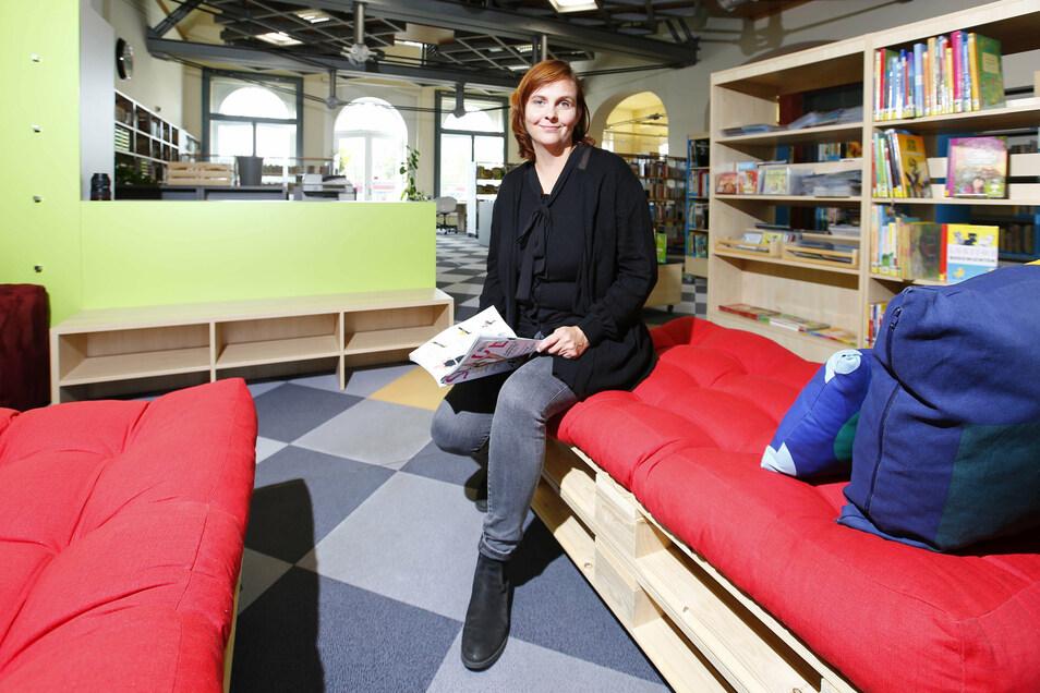 Stadtbibliotheksleiterin Katharina Schmidt hat auf einer der Lümmel- und Leseliegen für die jungen Leser Platz genommen.