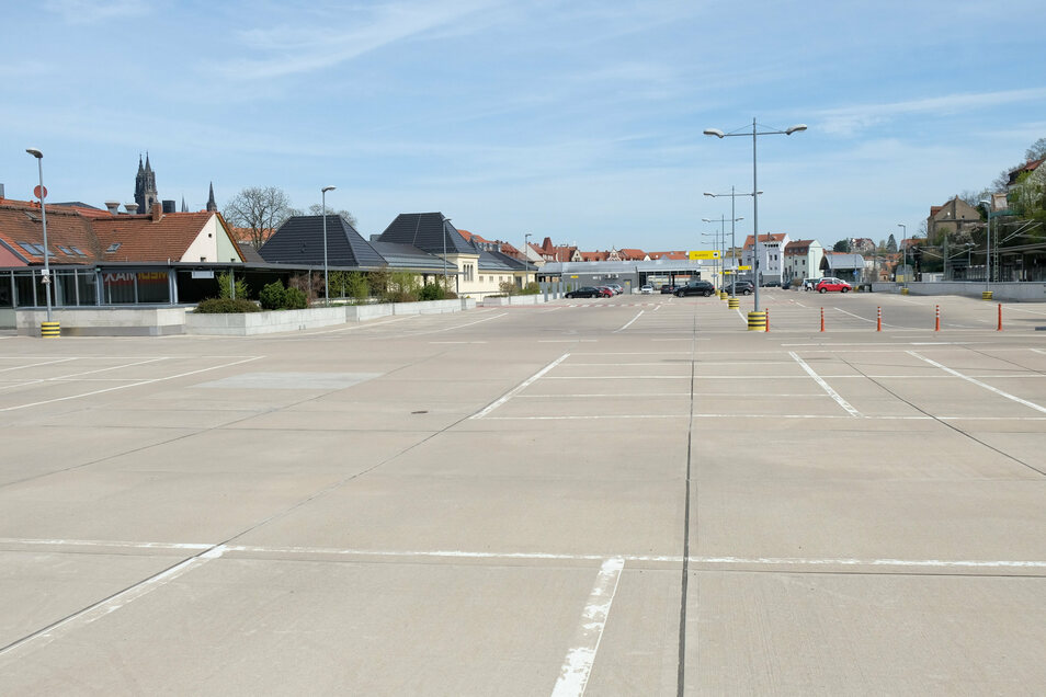 Noch ist der Parkplatz über den Neumarkt-Arkaden wie leergefegt. Abhängig davon, ob Geschäfte in dem Einkaufscenter öffnen dürfen, könnte sich das Bild kommende Woche schon ändern.