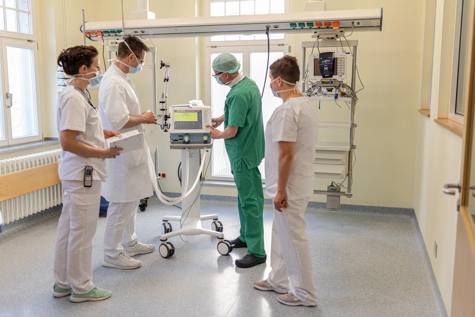 Vorbereitung auf schwere Verläufe: Asklepios hat in Sebnitz, im Hohwald sowie in Radeberg zusätzliche Pflegekräfte an Beatmungsgeräten geschult.