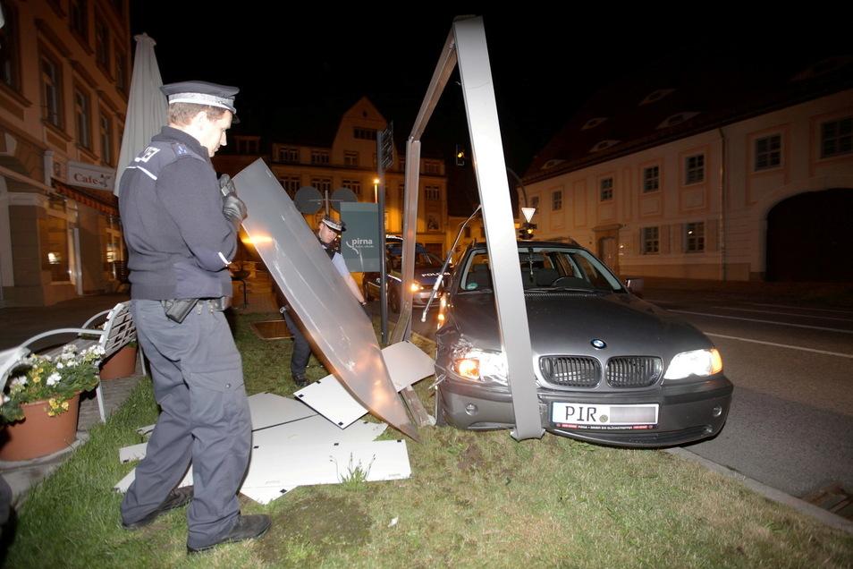 Die Unfallstelle: Der BMW zerstörte diese Schautafel.