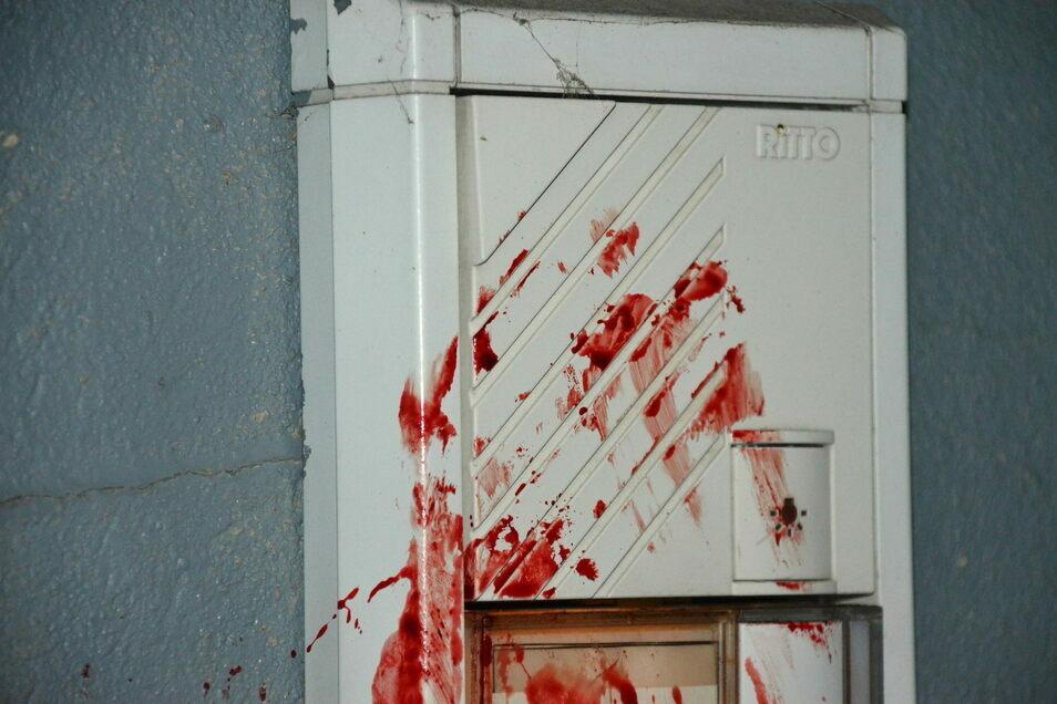An den Klingelschildern und Briefkästen klebt Blut. Der Täter hatte sich zuvor offenbar selbst verletzt.