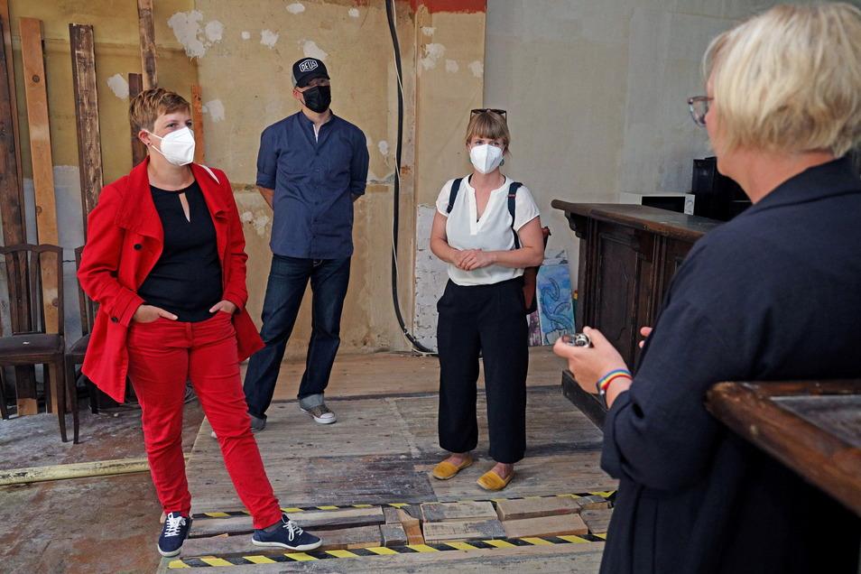 Die Bundestagsabgeordnete Susann Rüthrich (SPD, l.) im Gespräch mit Anja Müller von Outlaw (r.). Im Hintergrund Michael Schremmer von der SPD-Ortsgruppe sowie die Bundestagskandidatin der Sozialdemokraten Stephanie Dzeyk.