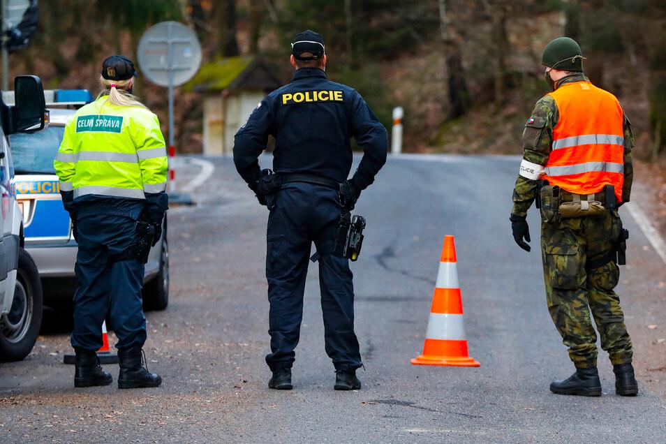Tschechische Patrouille am Grenzübergang von Petrovice (Petersdorf) nach Lückendorf. Nur hier und in Neugersdorf dürfen ausgewählte Berechtigte ein- und ausreisen.