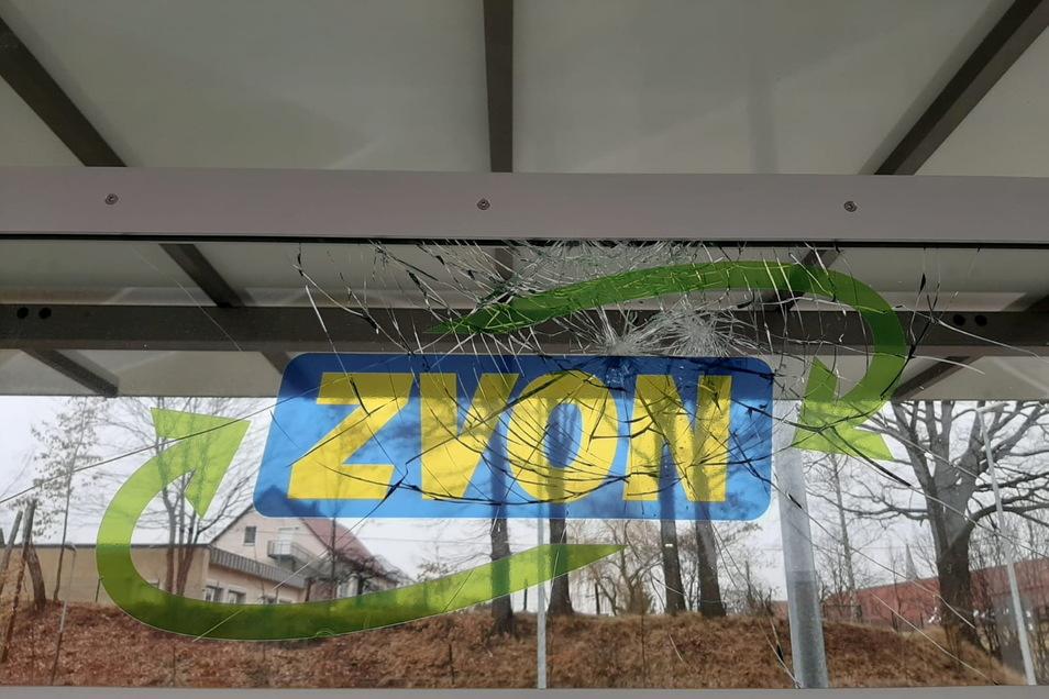 Diese Wetterschutzscheibe im Wartebereich des Haltepunkts Schirgiswalde-Kirschau wurde von Unbekannten beschädigt. Die Polizei ermittelt.