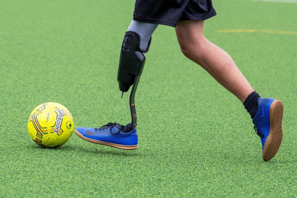 Mit links ist Louis am Ball genauso stark wie mit rechts. Dabei hat er auf der einen Seite einen Fuß aus Carbon. Fürs Spiel wird die Prothese mit Schaumstoff gepolstert.