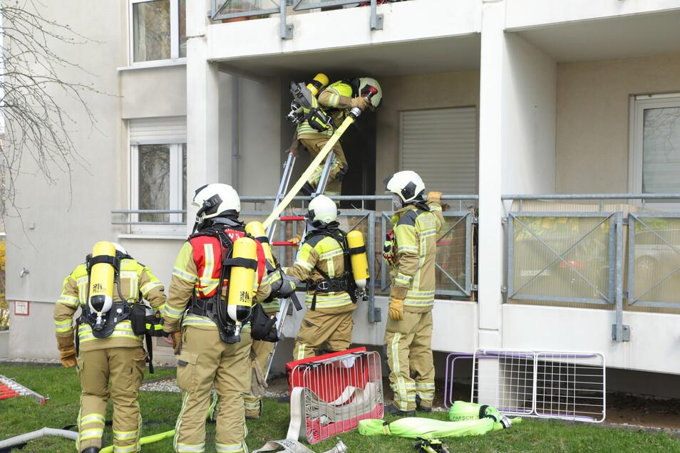 Über den Balkon gelangte die Feuerwehr in die Wohnung, aus der schwarzer Rauch kam.