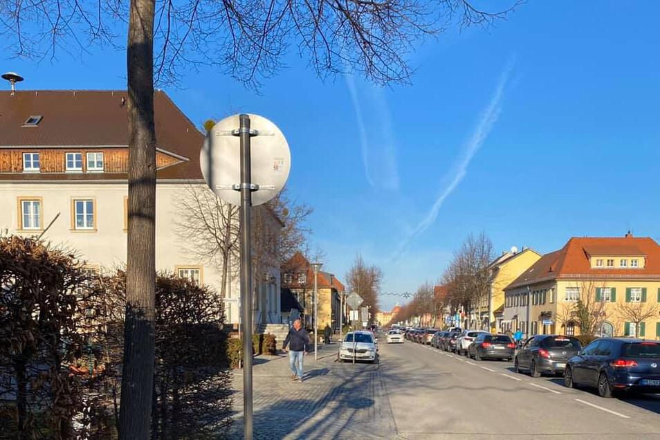 Stoßstange an Stoßstange quälten sich am vergangenen Sonntag die Autos aus Richtung Dresden auf der Schlossallee durch Moritzburg. Dieses auf Facebook veröffentlichte Foto und der Kommentar dazu sorgten für viele Reaktionen.