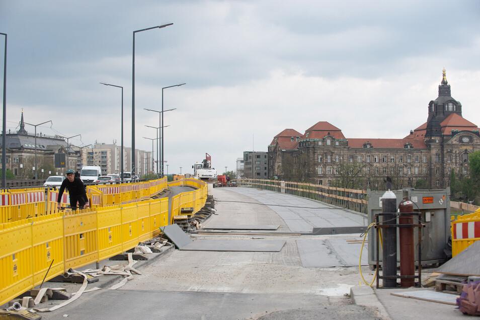 Der Bereich des neuen Geh- und Radweges ist schon weitgehend neu abgedichtet. Auf der rechten Brückenhälfte sind die Bitumen-Schweißbahnen zu sehen.