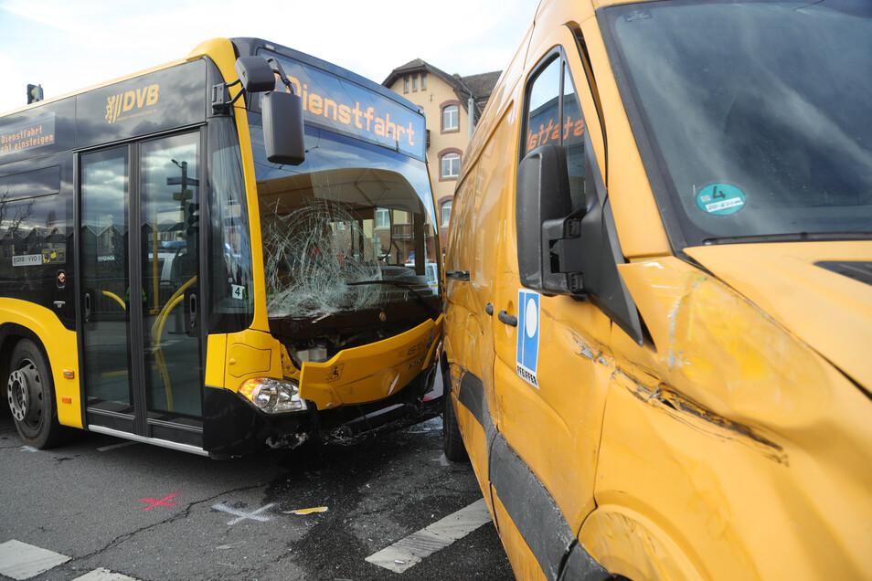 Bus und Transporter stießen auf der Kreuzung Hamburger Straße/Flügelweg zusammen.