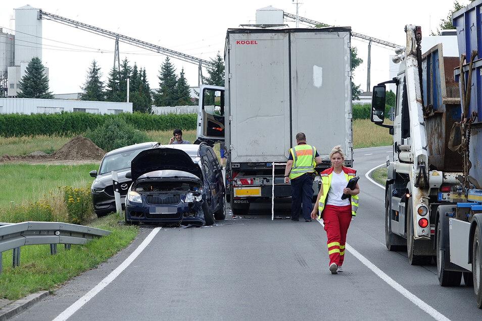 Zwei Verletzte und hoher Schaden - das ist die Bilanz des Crashs.