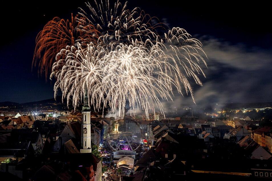 Die Görlitzer lieben das Feiern – erst recht, wenn es zum Abschluss ein Höhenfeuerwerk wie beim Brauereifest oder wie hier im Bild beim Altstadtfest gibt. Doch während hinter dem Altstadtfest noch ein Fragezeichen steht, ist relativ klar, dass das 95
