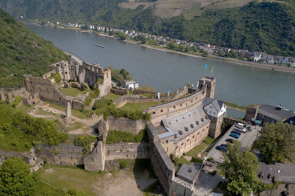 Burg Rheinfels war bis 1924 im Besitz des Hauses Hohenzollern. Danach wurde die Stadt St. Goar Eigentümerin, mit der Auflage, das Gemäuer nicht zu verkaufen.