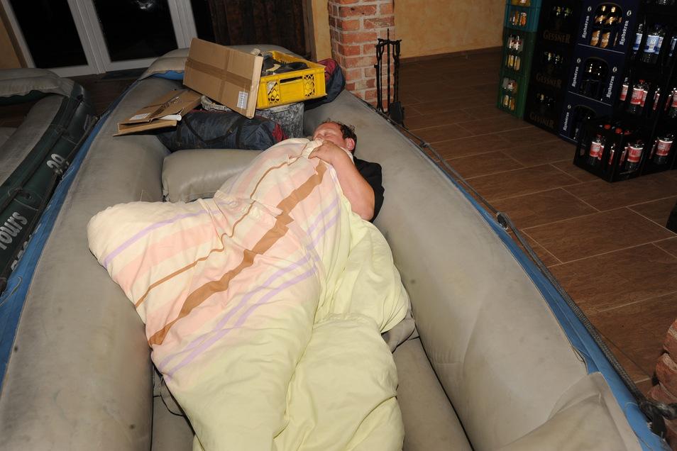 Tino Kittner schlief während des Hochwassers erschöpft in einem seiner Schlauchboote in der Neiße-Taverne seiner Firma Neiße Tours.