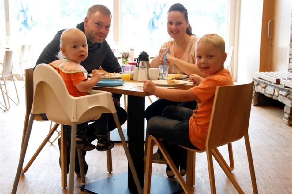Familie Reinke aus Tangerhütte (Sachsen-Anhalt) genießt den Urlaub im Feriendorf und das Essen im Hotel.