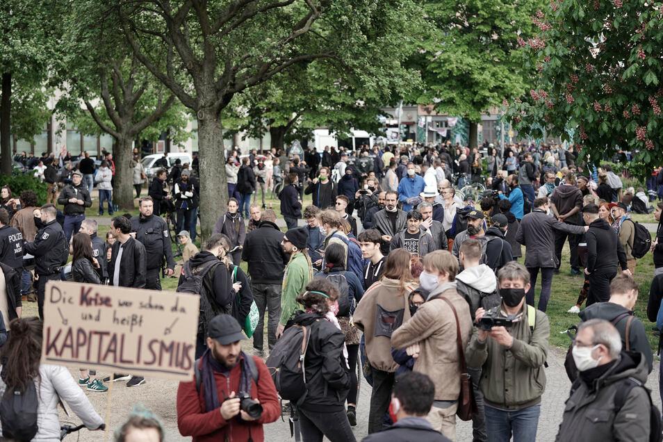 1. Mai in Berlin-Kreuzberg: Demonstranten und Schaulustige tummeln sich eng beieinander.