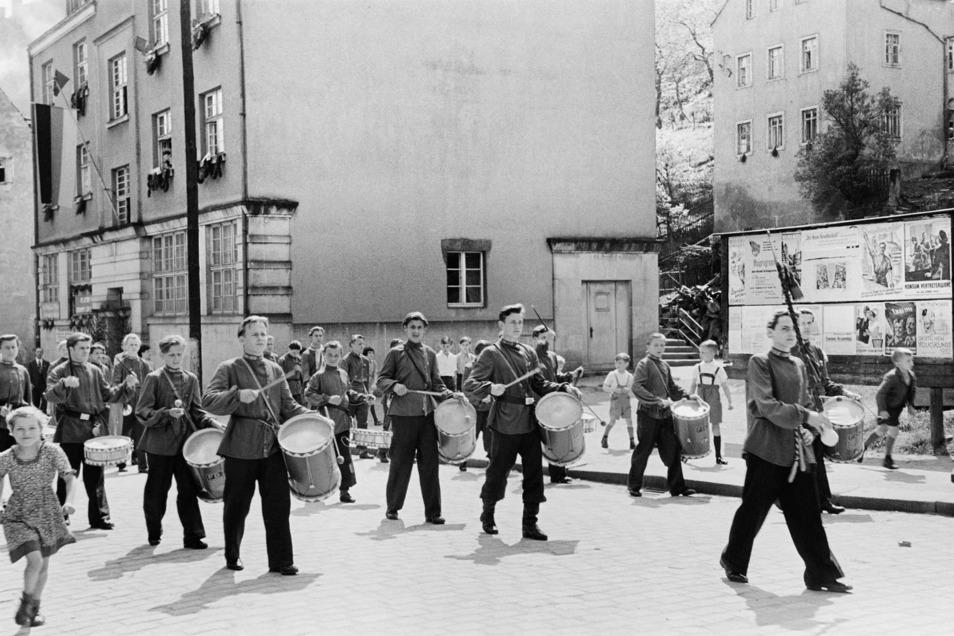 Jugendliche, die im Jugendwerkhof der Festung Königstein einsaßen, mussten sich beim Maiumzug in der Elbestadt präsentieren.