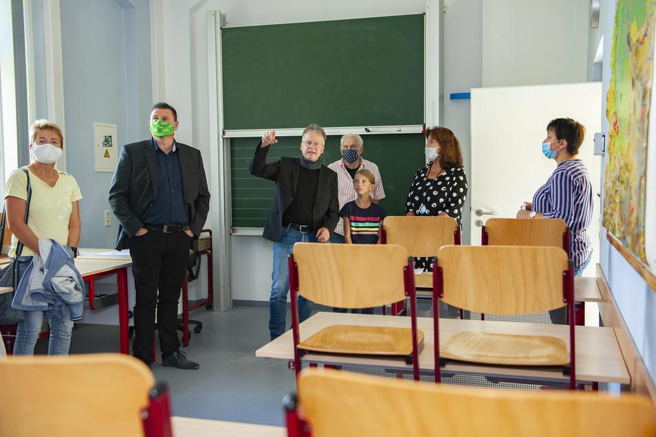 Die Schule zur Lernförderung Großenhain präsentiert offiziell die schön sanierten Räume. Thomas Röthig von der Stadtverwaltung erklärt die Brandschutz- und Sicherheitsbestimmungen sowie das Farbkonzept.