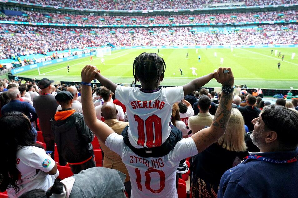 Die englischen Fans feiern den 2:0-Sieg gegen die deutsche Mannschaft.