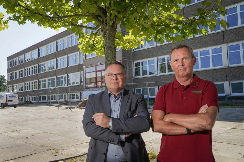 Der Neukircher Bürgermeister Jens Zeiler (l.) und der Leiter der Oberschule, Michael Hubrich, haben kein Verständnis dafür, dass sich Bauarbeiten am Gebäude aus Naturschutzgründen lange verzögern.