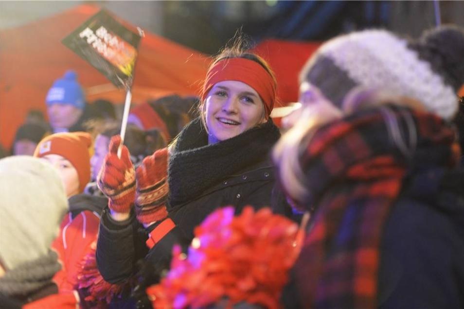 Gegen die Kälte halfen dicke Wintersachen, für den Jubel gab es Bobteam-Friedrich-Fähnchen, Glühwein sorgte für innere Wärme.