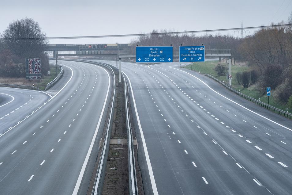 Die leere Autobahn A4 in Richtung Dresden-Görlitz kurz vor dem Abzweig auf die Autobahn A17 in Richtung Prag. Wegen der Ausgangsbeschränkungen ist der Autoverkehr stark zurückgegangen.