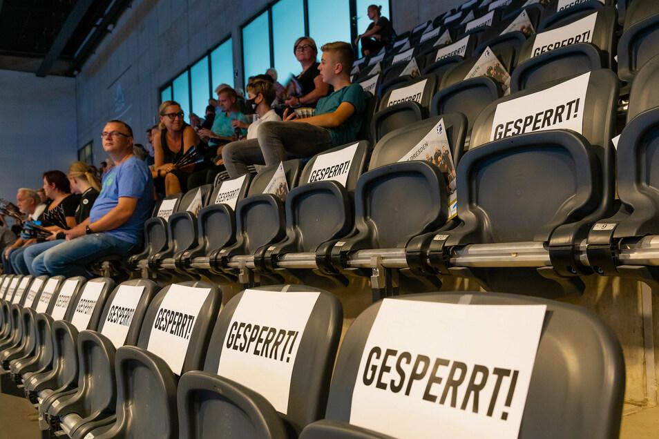 Die Fans in der Ballsportarena halten sich an die Regeln.