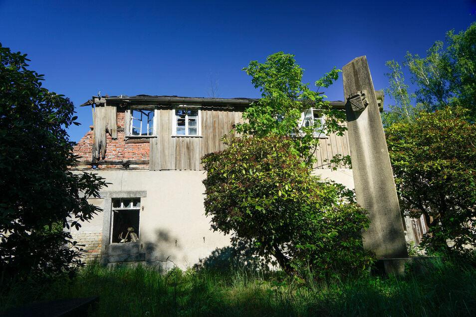 Seit einem Brand im Jahr 2011 verfällt dieses Gebäude in Demitz-Thumitz immer mehr.