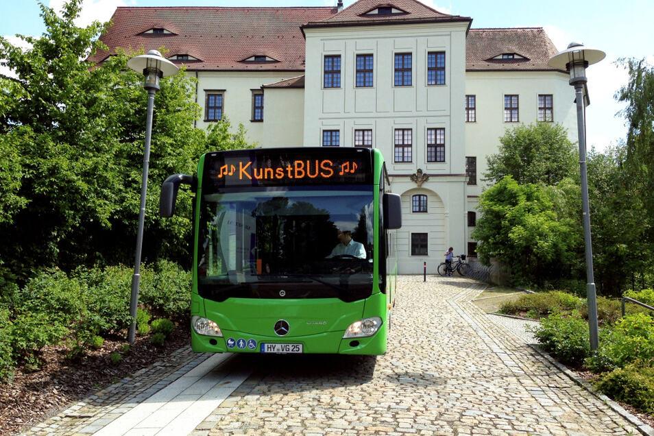 Der KunstBus Oberlausitz 2021, der diesmal von der Verkehrsgesellschaft Hoyerswerda (VGH) gefahren wird. So, wie er sich hier bei der Präsentation am 2. Juni vor dem Hoyerswerdaer Schloss zeigte, wird er jenes Schloss auch am jetzigen Sonnabend / Sonntag