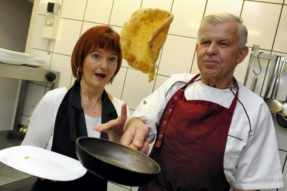 In 50 Jahren hat der gelernte Koch Hartmut Paulick aus Trebendorf das Kunststück Eierkuchenplinse-wenden-und-sicher-wieder-in-den-Tiegel-Bekommen zur Perfektion gebracht. Ehefrau Cordula hält trotzdem zur Sicherheit zwar kein Netz, aber einen Auffang-Tell
