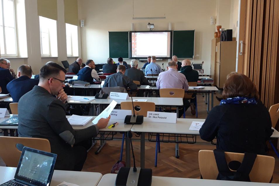 Die Sitzung wurde in den Musiksaal des Lößnitzgymnasiums verlegt, weil die Stadträte dort weiter auseinander sitzen können.