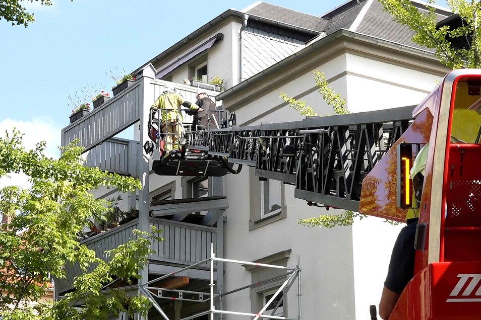 Nachdem am späten Donnerstagabend in Bautzen ein Balkon mit neun Menschen darauf etwa drei Meter in die Tiefe gestürzt ist, wurden am Freitag die Schäden begutachtet und Spuren gesichert.