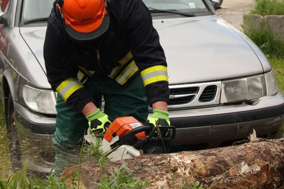 Pkw kollidiert mit umgestürztem Baum - ein typisches Übungsszenario für eine Sturmlage.