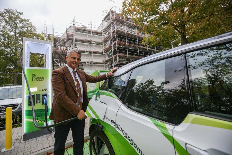 Fürs Foto muss Ringo Lottig von der Chemnitzer Siedlungsgemeinschaft den BMW i3 noch an die öffentliche Ladesäule stellen.