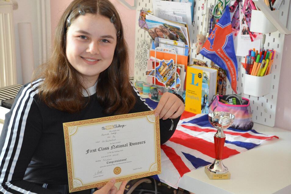 Hannah Lange hat bei einer Englisch-Challenge schon zum zweiten Mal einen Pokal gewonnen.