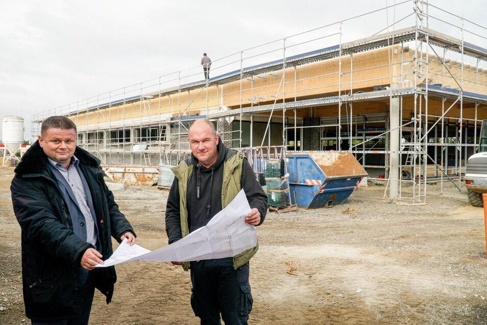 Andreas Marx (l.), Leiter des Bereichs Immobilien und Expansion bei Aldi, und Projektleiter Matthias Lange von der Firma Hentschke Bau sind zuversichtlich, dass der neue Aldi-Markt an der Dresdener Straße in Bautzen noch im November öffnen wird.