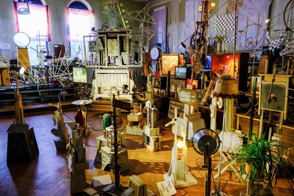 Blick ins Lügenmuseum Radebeul. Hier gibt es viele skurrile Gegenstände und Spiele. Zu jeder hat Museumschef Reinhard Zabka eine Geschichte parat.