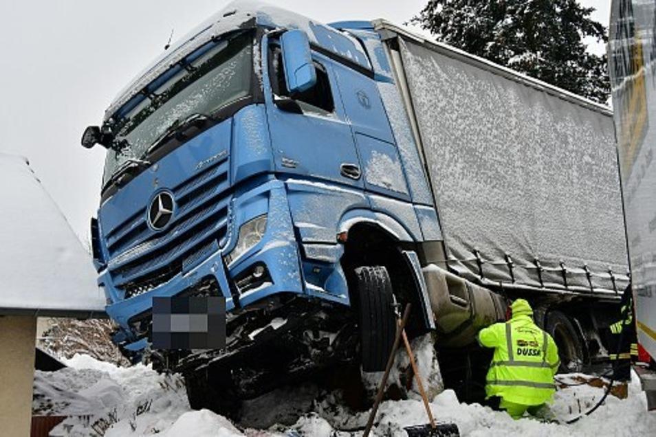 Mitarbeiter der Firma Dussa kümmerten sich darum, dass kein Diesel ausläuft.