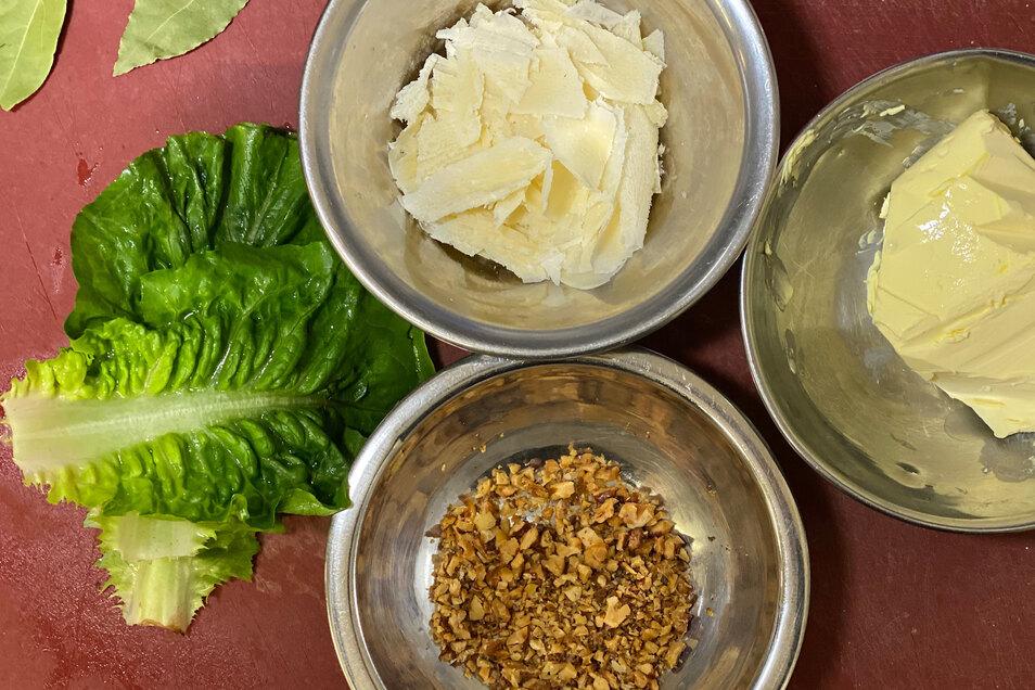 Salat waschen und abtupfen, Parmesan hobeln, Walnüsse hacken. Letzeres kann man durchaus auch schon vorher erledigen.