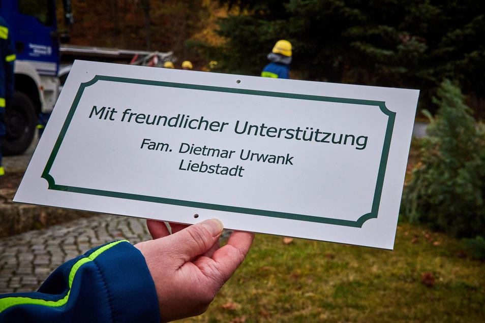 Ein Geschenk: Dietmar Leppert, ein Nachbar von Dietmar Urwank, hat dieses Schild gedruckt, das nun am Baum befestigt ist.